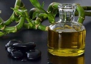 Gutes Massageöl und Hot Stones bereichern eine erotische Massage